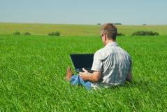 Homem com o portátil Foto de Stock Royalty Free