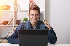 Homem com o portátil Fotografia de Stock