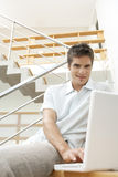 Homem com o portátil em escadas Fotografia de Stock Royalty Free