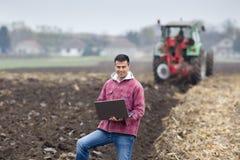Homem com o portátil no campo Imagem de Stock Royalty Free