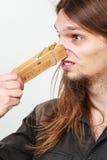 Homem com o pregador de roupa no nariz fotografia de stock