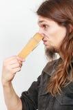 Homem com o pregador de roupa no nariz imagem de stock
