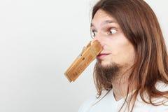 Homem com o pregador de roupa no nariz imagens de stock royalty free