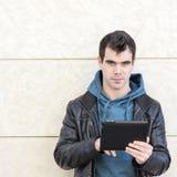 Homem com o tablet pc que olha a câmera. fotografia de stock royalty free