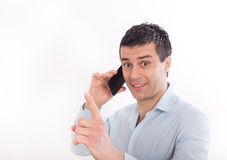 Homem com o telefone celular que mostra o dedo acima Imagem de Stock Royalty Free