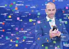 Homem com o telefone contra a cidade da noite com conectores fotos de stock royalty free