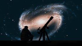 Homem com o telescópio que olha as estrelas Galáxia espiral imagem de stock royalty free