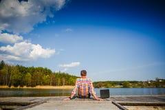 Homem com o trabalho do portátil ao ar livre Fotos de Stock Royalty Free