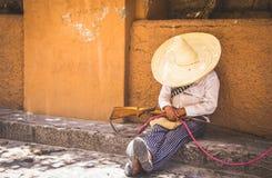 Homem com o traje revolucionário mexicano foto de stock