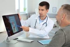 Homem com o urologist de visita do problema de saúde foto de stock royalty free