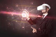 Homem com os óculos de proteção de VR que destravam o conceito da rede 3D fotos de stock royalty free