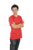 Homem com os braços cruzados, t-shirt vestindo fotos de stock royalty free