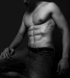 Homem com os músculos 'sexy' do abdômen imagens de stock royalty free
