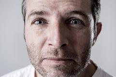 Homem com os olhos azuis tristes e vista deprimida amargura só e sofrendo do sentimento da depressão Imagem de Stock Royalty Free