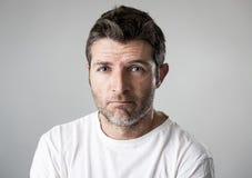 Homem com os olhos azuis tristes e vista deprimida amargura só e sofrendo do sentimento da depressão Foto de Stock