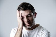 Homem com os olhos azuis tristes e vista deprimida amargura só e sofrendo do sentimento da depressão Imagens de Stock