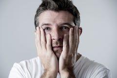 Homem com os olhos azuis tristes e vista deprimida amargura só e sofrendo do sentimento da depressão Fotografia de Stock