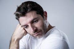 Homem com os olhos azuis tristes e vista deprimida amargura só e sofrendo do sentimento da depressão Imagem de Stock
