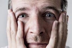 Homem com os olhos azuis tristes e vista deprimida amargura só e sofrendo do sentimento da depressão Fotos de Stock Royalty Free