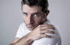 Homem com os olhos azuis tristes e vista deprimida amargura só e sofrendo do sentimento da depressão Fotografia de Stock Royalty Free