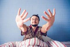 Homem com os olhos fechados Fotos de Stock