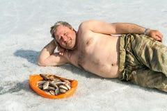 Homem com os peixes no gelo Lago grande, Sibéria foto de stock royalty free
