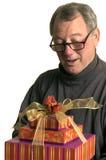 Homem com os presentes do hanukah do Natal imagens de stock royalty free
