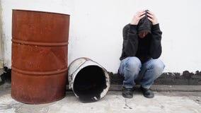 Homem com os problemas sozinhos na rua. video estoque