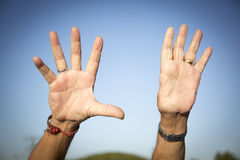 Homem com os somente nove dedos foto de stock