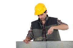 Homem com pá de pedreiro e cimento imagem de stock royalty free
