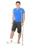 Homem com pé quebrado usando a muleta fotos de stock royalty free