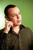 Homem com parte da orelha do telefone de pilha imagens de stock