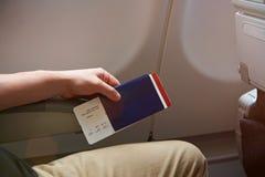 Homem com passaporte à disposição Imagens de Stock Royalty Free