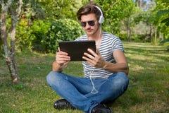 Homem com PC da tabuleta Fotografia de Stock