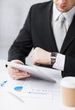 Homem com PC e xícara de café da tabuleta Fotografia de Stock Royalty Free