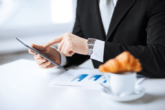 Homem com PC e xícara de café da tabuleta Foto de Stock
