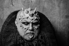 Homem com pele e barba do dragão imagem de stock