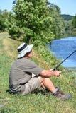 Homem com pesca de Rod Outdoors imagem de stock royalty free