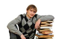 Homem com a pilha de livros fotos de stock royalty free