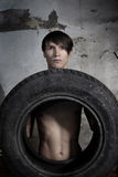 Homem com pneu Fotografia de Stock