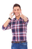 Homem com polegares acima no telefone Foto de Stock