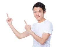 Homem com ponto de dois dedos acima Fotografia de Stock