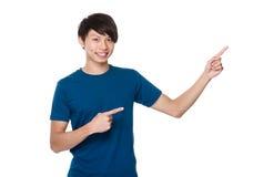 Homem com ponto de dois dedos acima Imagem de Stock