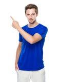 Homem com ponto do dedo acima Foto de Stock Royalty Free