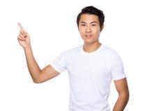 Homem com ponto do dedo acima Fotos de Stock Royalty Free
