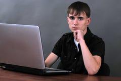 Homem com portátil foto de stock