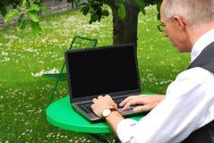 Homem com portátil Foto de Stock Royalty Free
