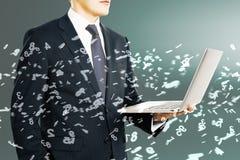 Homem com portátil e números Imagens de Stock