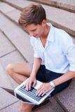 Homem com portátil fora imagem de stock royalty free