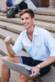 Homem com portátil fora fotos de stock royalty free